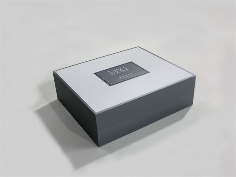 """如果有一款让仙女们心仪的精美的化妆品包装盒,相信总会忍不住多看几眼,甚至控制不住自己的少女心想要""""买买买""""。除了品牌的诱惑,用来吸引少女心的包装盒也起了很大的作用。作为一家有着近二十年化妆品包装盒生产历史的企业,宏仕达包装生产的各款精美的化妆品纸包装盒、木盒、皮盒都已经摆满了公司的样品展览大厅。""""这些都是近几年的畅销款,每年我们都会推出十几款新品,这里都已经快放不下了。""""宏仕达包装从产品的色彩搭配、形状设计到材质选择,宏仕达早已轻车熟路,这里不少企业化妆品"""